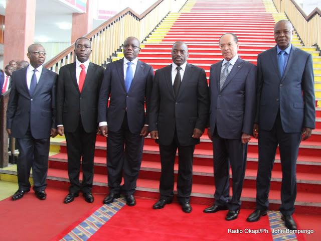 Le président Joseph Kabila pose avec le premier ministre, les président deux chambres du Parlement, le président de la cour suprême de justice et  le procureur général de la République le 15/12/2012 au palais du peuple à Kinshasa. Radio Okapi/Ph. John Bompengo