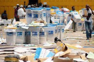 229952_des-agents-de-la-commission-electorale-rassemblent-les-urnes-pour-le-comptage-des-bulletins-de-vote-le-2-decembre-2011-a-lemba-en-rdc